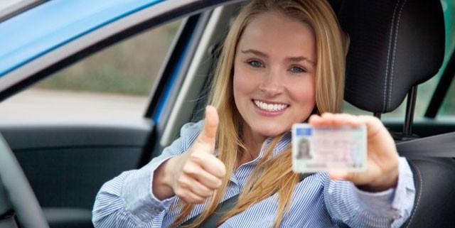 Jolie petite blonde contente d'avoir son nouveau permis